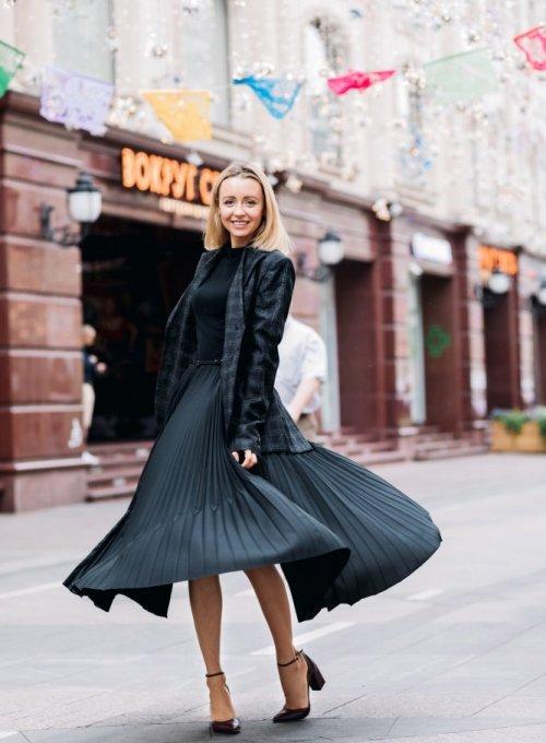 Golfy i plisowane spódnice w biznesowych stylizacjach