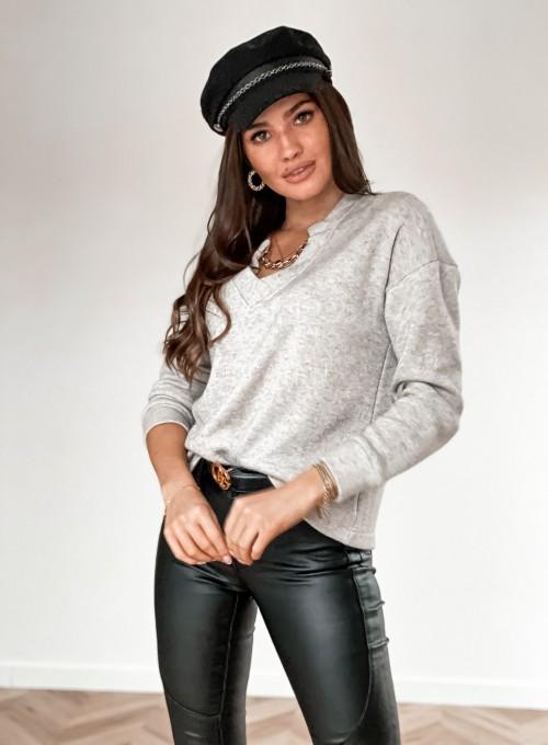 Sweter z dekoltem V i ozdobnym łańcuszkiem beżowy
