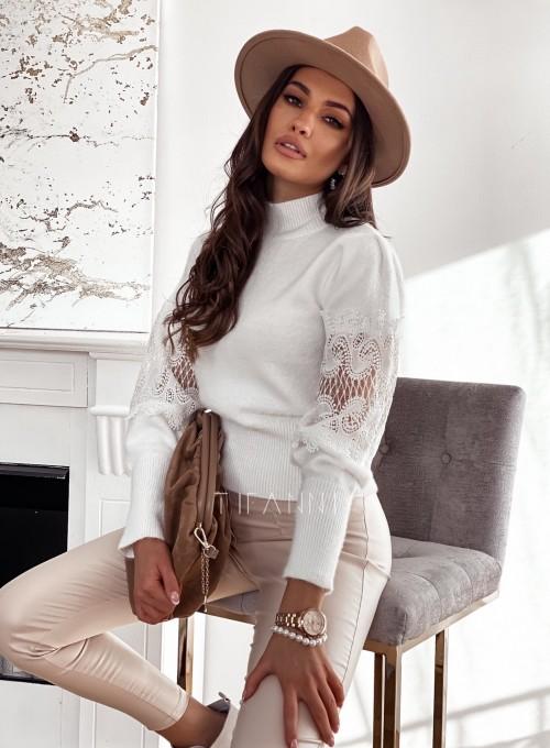 Sweter półgolf z koronką na rękawach