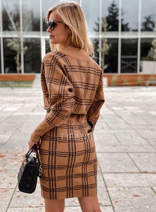 Dzianinowa sukienka Ximi karmelowa w czarną kratę 2