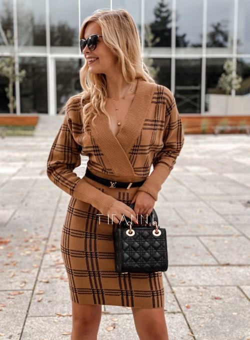 Dzianinowa sukienka Ximi karmelowa w czarną kratę 3